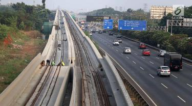 Penampakan proyek Light Rail Transit (LRT) Jabodebek di Jakarta, Minggu (12/8). Progres pembangunan proyek yang dimulai sejak 2015 tersebut sampai saat ini telah mencapai 41 persen. (Liputan6.com/Immanuel Antonius)