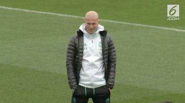 Kabar mengejutkan datang dari Stadion Santiago Bernabeu. Zinedine Zidane memutuskan mundur dari kursi kepelatihan Real Madrid.