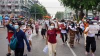 Pengunjuk rasa memberi hormat tiga jari selama demonstrasi menentang kudeta militer di Yangon (3/6/2021). Penggulingan pemerintah terpilih Myanmar oleh militer membuat gelombang kemarahan nasional. (AFP/STR)