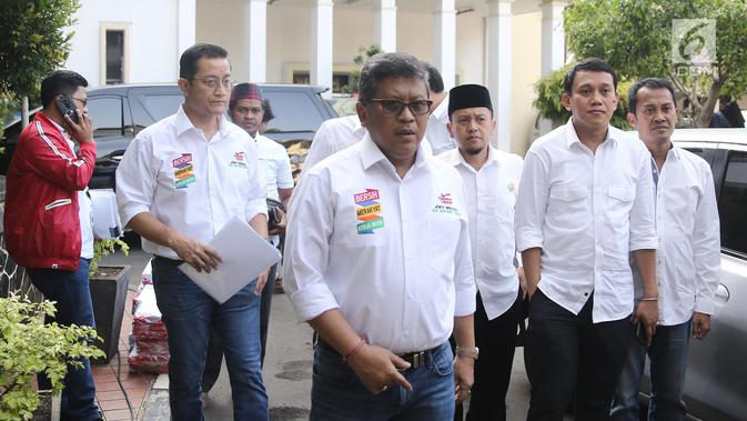 Sekjen PDIP Hasto Kristianto (tengah) bersama para sekjen partai pendukung capres dan cawapres Jokowi-Ma'ruf  tiba di Gedung KPU, Jakarta, Sabtu (22/9). Mereka melaporkan dana awal kampanye Pilpres 2019. (/Herman Zakharia)