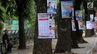 Sejumlah Alat Peraga Kampanye (APK) Caleg yang dipaku di pohon kawasan Ciater, Tangerang selatan, Senin (1/4). Pemasangan APK sejumlah caleg yang dipaku di pohon melanggar peratuan KPU Nomor 15 Tahun 2013 tentang tata cara pemasangan APK pemilihan umum. (merdeka.com/Arie Basuki)
