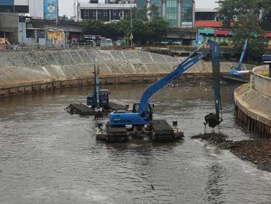Alat berat mengangkat endapan material lumpur dan sampah di Kali Ciliwung, Jakarta Timur, Kamis (18/10). Pengerukan lumpur dilakukan untuk antisipasi datangnya banjir saat musim hujan. (Merdeka.com/Imam Buhori)