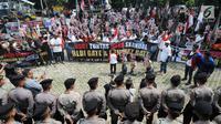 Polisi menjaga unjuk rasa yang dilakukan oleh ratusan massa Hidupkan Masyarakat Sejahtera (HMS) di depan Gedung KPK, Jakarta, Rabu (17/7). Massa menuntut KPK segera menuntaskan kasus mega skandal BLBI dan Century. (Merdeka.com/Dwi Narwoko)