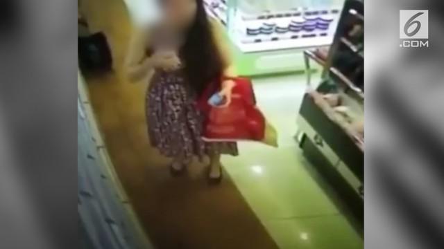 Entah apa alasan wanita ini sehingga nekat menyemprot parfum ke area organ intim di sebuah pusat perbelanjaan.