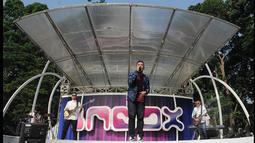 Juara ketiga Music Video Contest, Eros Tjokro tampil bersama bandnya saat di atas panggung acara inBox, Gelora Bung Karno, Jakarta, Rabu (28/1/2015). (Liputan6.com/Herman Zakharia)