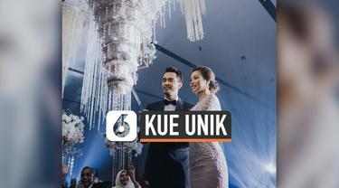 Viral di media sosial pernikahan selebritas di Malaysia. Yang menarik, kue pernikahan yang disajikan terlihat terbalik dan menggantung seperti lampu besar.