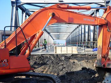 Sebuah alat berat menyelesaikan perbaikan jembatan yang ambles di jalur pantura Comal, Pemalang, Jawa Tengah, Jumat (18/7/14). (ANTARA FOTO/Oky Lukmansyah)