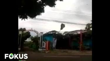 Angin puting beliung yang melanda selama hampir 7 menit tersebut juga merusak lapak pedagang dan menumbangkan sejumlah pohon.