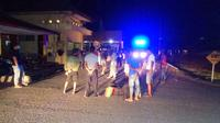 Para pelaku penganiaya anggota Tim Gugus Tugas PSBB Buol saat dibawa aparat ke Polsek, Senin (25/5/2020) malam. (Foto: Humas Polda Sulteng).