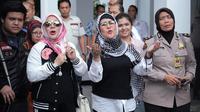 Penyanyi dangdut senior itu tiba sekitar pukul 14.00 WIB. Dengan didampingi putrinya, Fitria Sukaesih dan Zecky Alatas, menantu sekaligus kuasa hukumnya. Sekitar tiga jam di dalam gedung. (Deki Prayoga/Bintang.com)