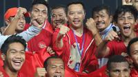 Menpora Imam Nahrawi merayakan gelar juara Piala AFF U-22 2019 setelah Timnas Indonesia mengalahkan Thailand pada laga final di Stadion National Olympic, Phnom Penh, Selasa (26/2). Indonesia menang 2-1 atas Thailand. (Bola.com/Zulfirdaus Harahap)