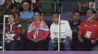 Presiden RI, Joko Widodo (ketiga kiri) bersama Ibu Negara, Iriana Joko Widodo menyaksikan laga final bulutangkis beregu putra Asian Games 2018 antara Indonesia melawan China di Istora Kompleks GBK, Jakarta, Rabu (22/8). (Liputan6.com/Helmi Fithriansyah)