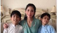 5 Gaya Bunga Zainal Bersama Dua Anaknya, Kompak Banget (sumber: Instagram.com/bungazainal05)