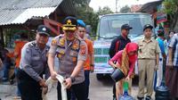 Jajaran Polres Cirebon Kota menyalurkan bantuan air bersih ke sejumlah wilayah yang kekeringan. Foto (Liputan6.com / Panji Prayitno)