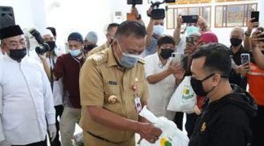 Gubernur Sulut Olly Dondokambey menyalurkan langsung bantuan tersebut di Masjid Raya Ahmad Yani, Manado, Selasa (4/5/2021).