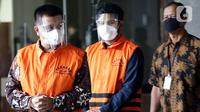 Bupati Bandung Barat Aa Umbara Sutisna (kiri) dan anaknya Andri Wibawa usai menjalani pemeriksaan di Gedung KPK, Jakarta, Jumat (9/4/2021). KPK menahan keduanya terkait dugaan korupsi pengadaan barang tanggap darurat pandemi COVID-19 pada Pemkab Bandung Barat 2020. (Liputan6.com/Helmi Fithriansyah)
