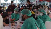 Petugas kesehatan melakukan screening kepada anak sebelum vaksinasi covid-19  di Stadion Utama Gelora Bung Karno (GBK), Senayan, Jakarta, Sabtu (3/7/2021). Pemprov DKI menggelar vaksinasi massal bagi anak usia 12-17 tahun di Stadion GBK selama dua hari, 3-4 Juli 2021. (merdeka.com/Imam Buhori)