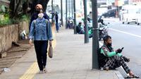 Warga berjalan di trotoar Jalan Blora, Dukuh Atas Jakarta, Kamis (21/1/2021). Untuk mencegah penyebaran virus COVID-19, pemerintah memperpanjang pemberlakuan pembatasan kegiatan masyarakat (PPKM) di Jawa-Bali selama 14 hari kedepan, mulai 26 Januari-8 Februari 2021. (Liputan6.com/Helmi Fithriansyah)