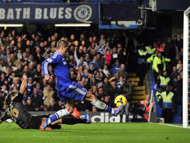 Aksi Fernando Torres mencetak gol pada menit ke-90 mengunci kemenangan 2-1 Chelsea atas Mancester (AFP/Glyn Kirk)