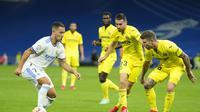 Pemain Real Madrid Eden Hazard berusaha untuk melewati bek Villarreal saat pertandingan La Liga Spanyol di Stadion Santiago Bernabeu, Minggu (26/9/2021) dini hari WIB. (AP Photo / Manu Fernandez)