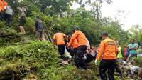 Evakuasi korban tenggelam Sungai Bolot, Baturraden di Sungai Pelus. (Foto: Liputan6.com/Basarnas/Muhamad Ridlo)