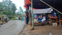 Petugas posko berjaga siang dan malam di gerbang masuk Desa Gunungwuled, Kecamatan Rembang Kabupaten Purbalingga. (Foto: Liputan6.com/Rudal Afgani Dirgantara)