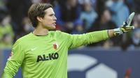 Marwin Hitz, kiper Augsburg lakukan aksi cerdik untuk gagalkan penalti penyerang FC Koln, Anthony Modeste.