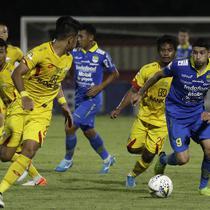 Gelandang Persib Bandung, Esteban Vizcarra, berusaha melewati penjagaan pemain Bhayangkara FC dalam laga pekan ke-24 Shopee Liga 1 2019 yang digelar di Stadion PTIK, Jakarta. (Bola.com/Yoppy Renato)