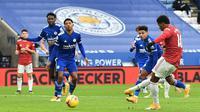 Striker Manchester United, Marcus Rashford, melepaskan tendangan saat melawan Leicester City pada laga Liga Inggris di Stadion King Power, Sabtu (26/12/2020). Kedua tim bermain imbang 2-2. (AFP/Glyn Kirk)