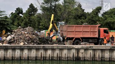 Alat berat mengangkut sampah di area proyek Fasilitas Pengolahan Sampah Terpadu atau Intermediate Treatment Facility (ITF) Sunter, Jakarta, Selasa (12/2). ITF Sunter akan memiliki kapasitas hingga 2.200 ton sampah per hari. (Merdeka.com/Iqbal Nugroho)