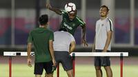 Pemain Timnas Indonesia, Greg Nwokolo, menyundul bola saat latihan di Stadion Madya, Jakarta, Senin (21/3). Latihan ini persiapan jelang laga persahabatan melawan Myanmar. (Bola.com/M. Iqbal Ichsan)