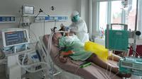 Paramedis menyisir rambut pasien COVID-19 di Ruang ICU RSUD Kota Bogor, Jawa Barat, Jumat (18/6/2021). Tingkat keterisian tempat tidur atau Bed Occupancy Rate (BOR) RSUD Kota Bogor saat ini mencapai 73 persen. (merdeka.com/Arie Basuki)