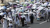 Ratusan umat muslim berjalan di di salah satu jalan di Mina, Arab Saudi, Kamis (24/9/2015). Sekitar dua juta umat muslim dari berbagai negara berkumpul untuk melakukan prosesi lempar jumrah di Mina. (REUTERS/Ahmad Masood)
