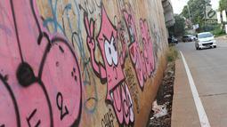 Kendaraan melintas di sekitar dinding Jalan Tol Depok-Antasari (Desari), Ciganjur, Jakarta Selatan, Rabu (24/10). Aksi vandalisme menyebabkan dinding tol tampak kumuh dan tidak terawat. (Liputan6.com/Immanuel Antonius)