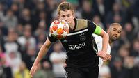 Matthijs de Ligt terus menunjukkan kematangan bermain bersama Ajax Amsterdam dan Barcelona harus bayar mahal untuk merekrutnyam(EMMANUEL DUNAND / AFP)