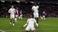 Pemain Chelsea Willian melakukan selebrasi usai mencetak gol ke gawang Burnley pada laga Liga Inggris di Turf Moor, Burnley, Inggris, Sabtu (26/10/2019). Chelsea menang 4-2 dengan Pulisic  mencetak hattrick. (Anthony Devlin/PA via AP)