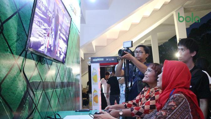 Ibu-ibu mengunjungi booth Bola.com di arena ONE Champioship: Eternal Glory, Istora Senayan, Sabtu (19/1/2019). (Bola.com/Wiwig Prayugi)