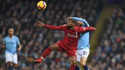 Gelandang Liverpool, Georginio Wijnaldum, duel udara dengan gelandang Manchester City, David Silva, pada laga Premier League di Stadion Etihad, Manchester, Kamis (4/1). City menang 2-1 atas Liverpool. (AFP/Paul Ellis)
