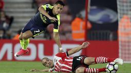 Pemain Southampton, Oriol Romeu (kanan) berebut bola dengan pemain Arsenal, Alexis Sanchez pada laga Premier League di St Mary's stadium, Southampton, (10/5/2017). Arsenal menang 2-0. (AP/Alastair Grant)
