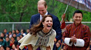 Istri Pangeran William, Kate Middleton atau Catherine Duchess of Cambridge tertawa terbahak-bahak usai memainkan permainan panah tradisional di Changlimithang Archery Ground Thimphu , Bhutan , 14 April 2016. (REUTERS / Cathal McNaughton)