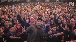 Musisi Virgoun foto bersama peserta Emtek Goes to Campus 2018 di Universitas Kristen Petra Surabaya, Jawa Timur, Rabu (14/11). Dalam penampilannya Virgoun membawakan tiga lagu yaitu bukti, surat cinta untuk starla, pedih. (Liputan6.com/Faizal Fanani)