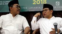 Ketum PKB Muhaimin Iskandar (kanan) berbincang dengan Ketua Panitia Hari Santri Nasional 2018 Jazilul Fawaid saat launching Musabaqoh Kitab Kuning di Jakarta, Minggu (14/10). Launching tersebut dalam rangka memperingati HSN 2018. (Liputan6.com/JohanTallo)