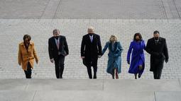Presiden AS terpilih Joe Biden (ketiga kiri) dan istri Jill Biden (keempat kiri) bersama Wakil Presiden As terpilih Kamala D. Harris (kedua kanan) dan suami Doug Emhoff (kanan), menaiki tangga Capitol AS jelang pelantikan di Washington, Rabu (21/1/2021). (Melina Mara/The Washington Post via AP)