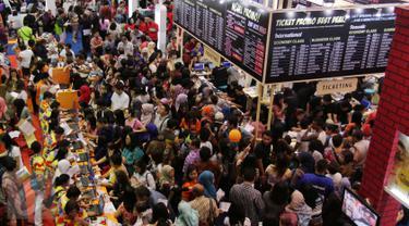 Pengunjung memadati Garuda Travel Fair 2015 di JCC, Senayan, Jakarta, Jumat (25/9/2015). Pameran tersebut diharapkan dapat meningkatkan minat masyarakat Indonesia untuk berwisata di dalam dan luar negeri.  (Liputan6.com/Angga Yuniar)