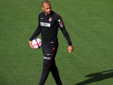 Pelatih baru AS Monaco, Thierry Henry berjalan melihat para pemainnya berlatih di La Turbie, dekat Monaco, Prancis (18/10). Henry menggantikan posisi Leonardo Jardim yang baru saja dipecat pada awal musim ini. (AFP Photo/Valery Hache)