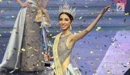 Finalis Nadia Purwokodari Bengkulu melambaikan tangan saat terpilih sebagai Miss Grand Indonesia 2018 di JCC Jakarta, Sabtu (21/7). Nadia Purwoko berhak atas Mahkota The Heart of Indonesia senila Rp 3 miliar. (Liputan6.com/Angga Yuniar)