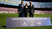 Penyanyi Kolombia, Shakira berfoto bersama Direktur Yayasan La Caixa, Xavier Bertolin dan Wakil Presiden Barcelona FC, Jordi Cardoner dalam acara amal dengan Barcelona FC di Stadion Camp Nou, Barcelona di Spanyol, Selasa (28/3).( PAU BARRENA/AFP)