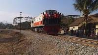 Menaiki gerbong lokomotif, beberapa pekerja PT KAI tengah melakukan uji rel baru, untuk mengetahui ketahanan infrastrktur rel dalam progres reaktivasi Stasiun Cibatu-Wanaraja, Garut (Liputan6.com/Jayadi Supriyadin)