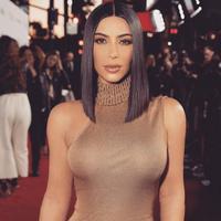 Bukan unutk yang pertama kali, Kim si pelaku bisnis ini selalu melihat kesempatan yang ada. Seperti belum lama ini, saat musim panas Kim memproduksi pelampung renang berbentuk bokong. (Instagram/kimkardashian)