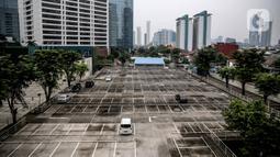 Suasana lahan parkir yang sepi di sebuah gedung, Jakarta, Kamis (1/5/2020). Indonesia Parking Association (IPA) menyatakan terjadi penurunan bisnis parkir sebesar 75-90 persen seiring penerapan PSBB untuk mencegah penyebaran COVID-19 di Jabodetabek. (Liputan6.com/Faizal Fanani)
